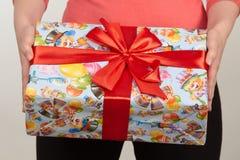 Коробки при подарки связанные с красными лентой и смычками на белой предпосылке Стоковая Фотография