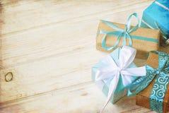 Коробки при подарки украшенные с лентами на белой деревянной предпосылке Стоковые Изображения