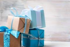 Коробки при подарки украшенные с лентами на белом деревянном backgr Стоковая Фотография