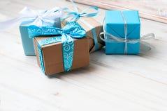 Коробки при подарки украшенные с лентами на белом деревянном backgr Стоковые Фото
