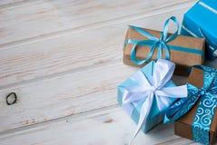Коробки при подарки украшенные с лентами на белом деревянном backgr Стоковое фото RF