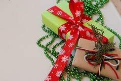 Коробки при подарки украшенные с лентами на белом деревянном backgr Стоковые Изображения RF