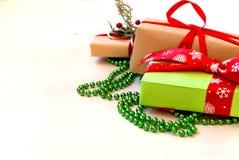 Коробки при подарки украшенные с лентами на белом деревянном backgr Стоковое Изображение
