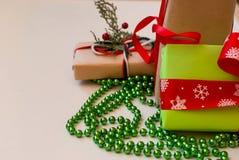 Коробки при подарки украшенные с лентами на белом деревянном backgr Стоковое Фото
