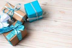 Коробки при подарки украшенные с лентами на белом деревянном backgr Стоковые Фотографии RF