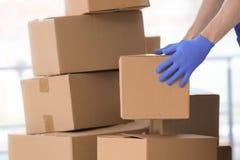Коробки работника доставляющего покупки на дом moving стоковое изображение