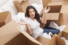 коробки расквартировывают moving одиночную распаковывая женщину стоковая фотография