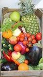 коробки свежих овощей и плодоовощей на продаже на рынке Стоковое Изображение RF