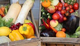 коробки свежих овощей и плодоовощей Стоковое фото RF