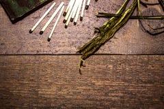 Коробки, спички, кора дерева - для зажигания огня, на темной деревянной предпосылке Стоковое Изображение