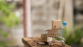 Коробки стога на компьтер-книжке для клиента могут купить от электронного интернета и посыльный поставит стоковые изображения