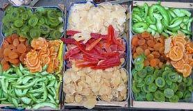 Коробки сухофрукта различных цветов на рынке плодоовощ Стоковые Изображения