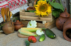 2 коробки с овощами, сквошом и цукини, мозолью на ударе и tableware сделанным от глины Стоковое Изображение