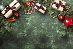 Коробки с подарками для рождества и различных атрибутов праздника Стоковые Фото