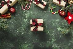 Коробки с подарками для рождества и различных атрибутов праздника Стоковые Изображения RF