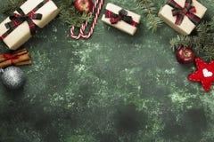 Коробки с подарками для рождества и различных атрибутов праздника Стоковое Фото