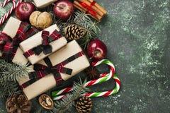 Коробки с подарками для рождества и различных атрибутов праздника Стоковое фото RF