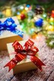 Коробки с подарками на предпосылке ветвей, конусов и гирлянд ЕЛИ Стоковые Изображения RF