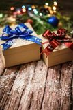 Коробки с подарками на предпосылке ветвей, конусов и гирлянд ЕЛИ Стоковые Фото