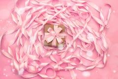 Коробки с подарками на предпосылке катушки декоративных лент сатинировки розового цвета Стоковое Изображение RF