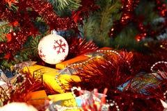 Коробки с подарками на рождество и Новый Год под деревом среди сусали и игрушек рождества Стоковое Изображение RF