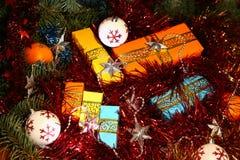Коробки с подарками на рождество и Новый Год под деревом среди сусали и игрушек рождества Стоковые Фотографии RF