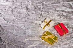 Коробки с подарками на серебристой предпосылке Стоковое Фото