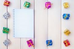 Коробки с подарками на светлые деревянные доски Стоковое Изображение RF