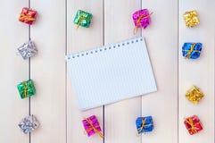 Коробки с подарками на светлые деревянные доски Стоковые Изображения RF