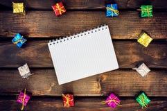 Коробки с подарками на темные деревянные доски Стоковые Фото