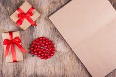 Коробки с подарками, шариками коралла и открытым дневником с пустыми страницами Стоковое Изображение RF