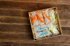 Коробки с упакованными помадками кургана таблица деревянная установьте текст стоковое изображение