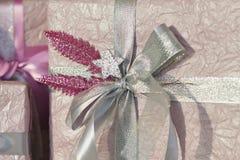 коробки украсили тесемку праздника подарка Красивый фиолетовый сияющий пакет на рождество и Новый Год Лента Sebebryannaya Стоковые Фотографии RF
