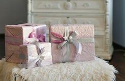 коробки украсили тесемку праздника подарка Красивый фиолетовый сияющий пакет на рождество и Новый Год Лента Sebebryannaya Стоковое Фото