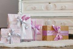 коробки украсили тесемку праздника подарка Красивый фиолетовый сияющий пакет на рождество и Новый Год Лента Sebebryannaya Стоковая Фотография