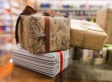 Коробки украшенные с бумагой и смычками ремесла Стоковые Изображения RF