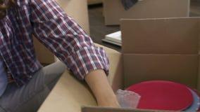 Коробки упаковки женщины готовые для движения дома сток-видео