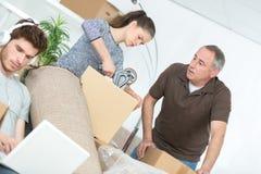 Коробки упаковки женщины и отца и ленивый парень Стоковые Изображения