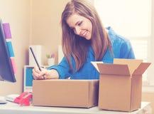 Коробки упаковки молодой женщины, который нужно грузить Стоковая Фотография RF