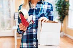 Коробки упаковки молодой женщины, который нужно грузить Стоковые Фото