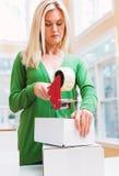 Коробки упаковки молодой женщины, который нужно грузить Стоковые Изображения