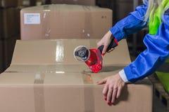 Коробки упаковки работника склада в storehouse Стоковое фото RF
