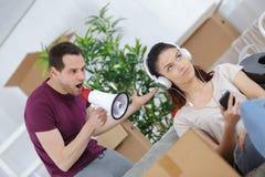 Коробки упаковки человека moving и ленивая подруга Стоковое Изображение RF