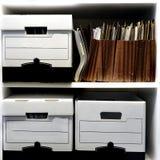 Коробки файла на полке Стоковое Изображение RF
