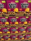Коробки хлопьев штабелированные в супермаркете стоковое фото