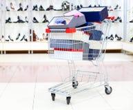 коробки cart нагруженная покупка ботинка Стоковые Изображения RF