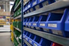 Коробки stockroom фабрики на shel Стоковые Изображения RF