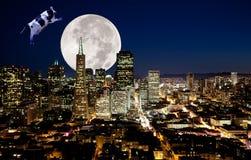 корова скачет луна сверх стоковые фото