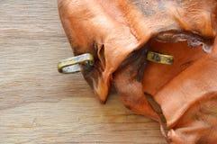 Корова уха любимчика высушенная закуской при петля сделанная от реального мяса на деревянной доске Стоковые Фото