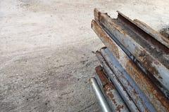 Корозия и корозия стальных столбов, предпосылки стены цемента и пустого с космосом экземпляра для текста стоковое изображение rf